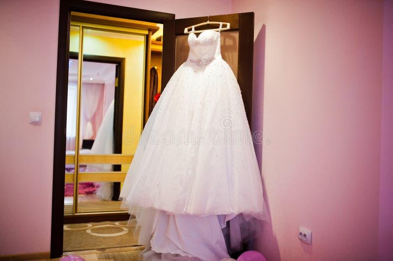 在挂衣架的壮观的婚礼礼服 免版税库存图片