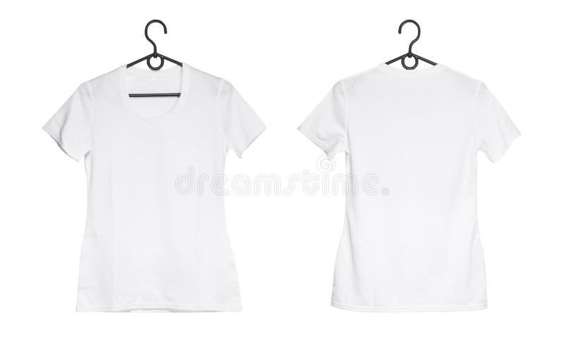 在挂衣架的白人妇女T恤杉 免版税库存图片