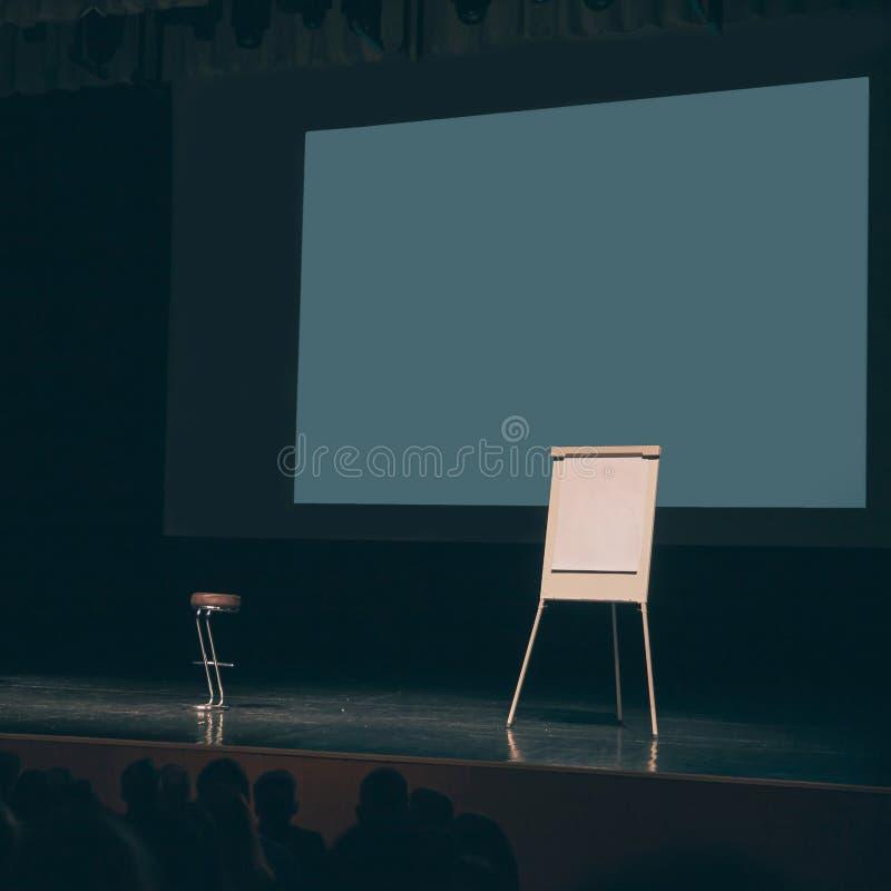 在指挥台的大屏幕和flipchart在会议室 图库摄影
