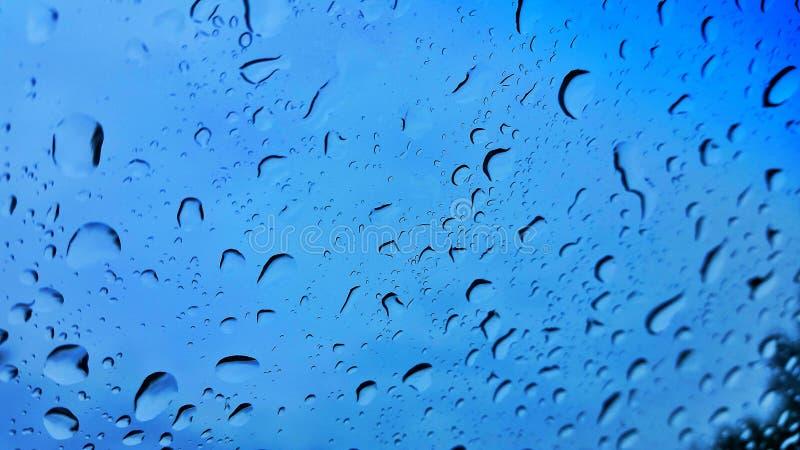 在挡风玻璃的雨下落 图库摄影