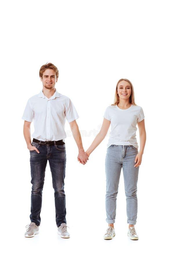 在挥动的便衣的美好的年轻夫妇 免版税库存图片