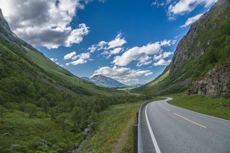 在挪威山之间的路 免版税库存图片