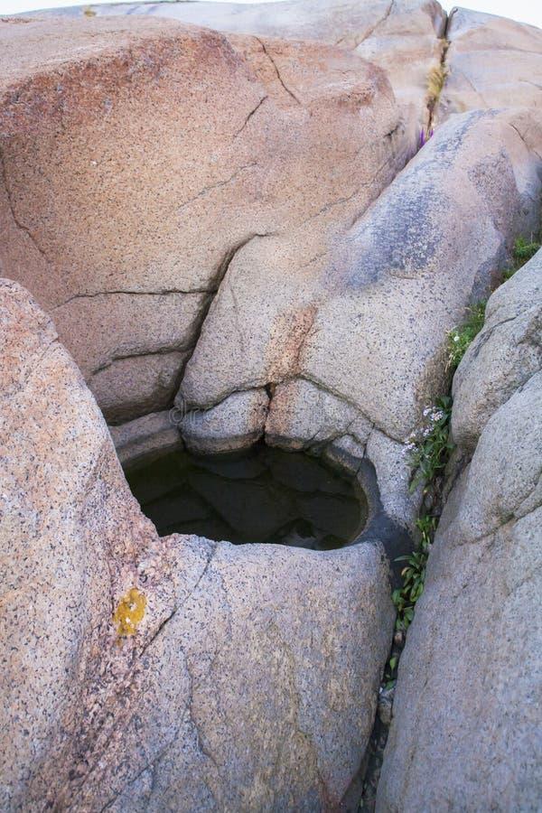 在挪威山五颜六色的岩石的黑暗的孔  库存图片