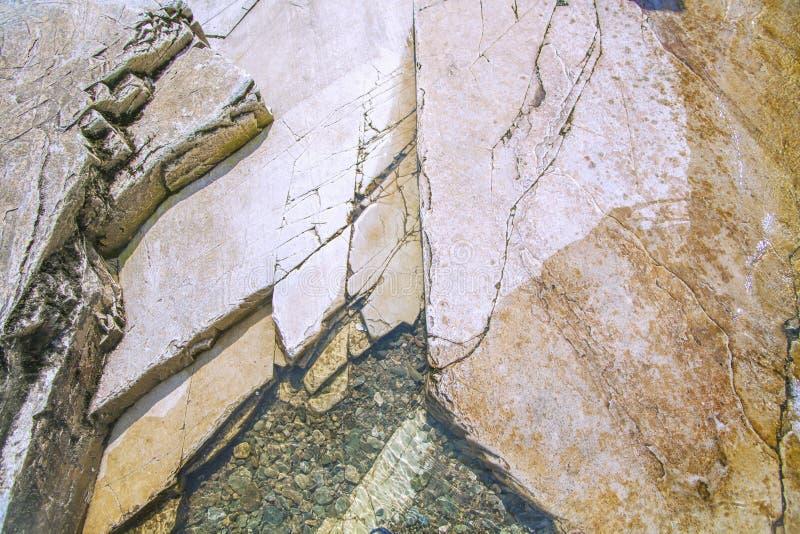 在挪威山的五颜六色的岩石 免版税库存图片