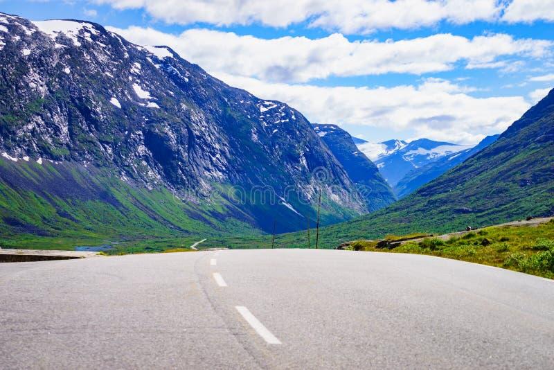 在挪威山的路风景 库存照片