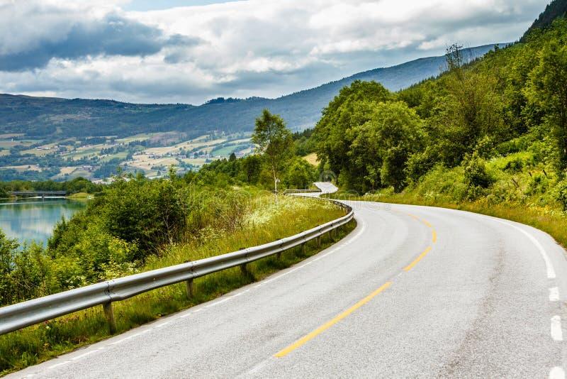 在挪威山的路风景 库存图片