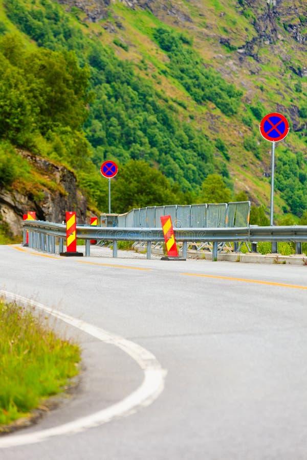 在挪威山的路 免版税图库摄影