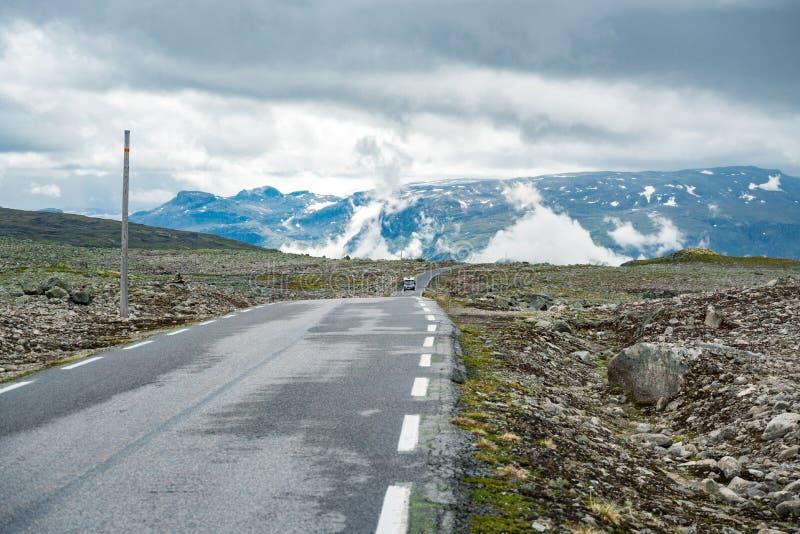 在挪威山的露营车汽车 r 有蓬卡车汽车RV在山路,通行证挪威移动 免版税图库摄影