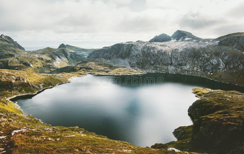 在挪威旅行的湖和山风景 免版税库存照片