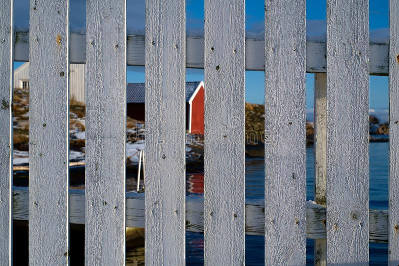 在挪威海岸的木篱芭 免版税库存照片