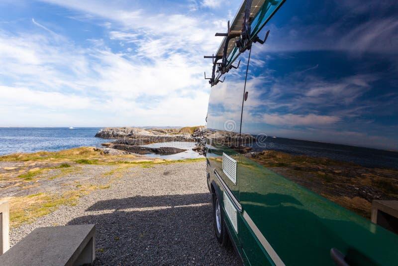 在挪威海海岸的露营车汽车 免版税库存图片