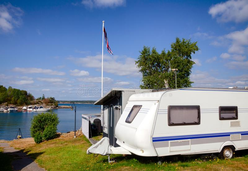 在挪威海边有蓬卡车公园的露营搬运车 库存图片