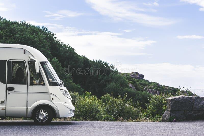 在挪威的海岸的露营车汽车有海景 免版税库存照片