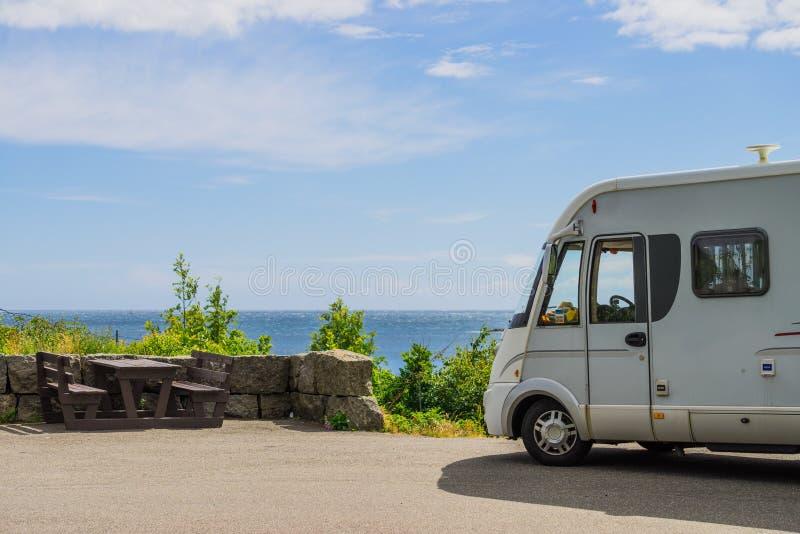 在挪威的海岸的露营车汽车有海景 图库摄影