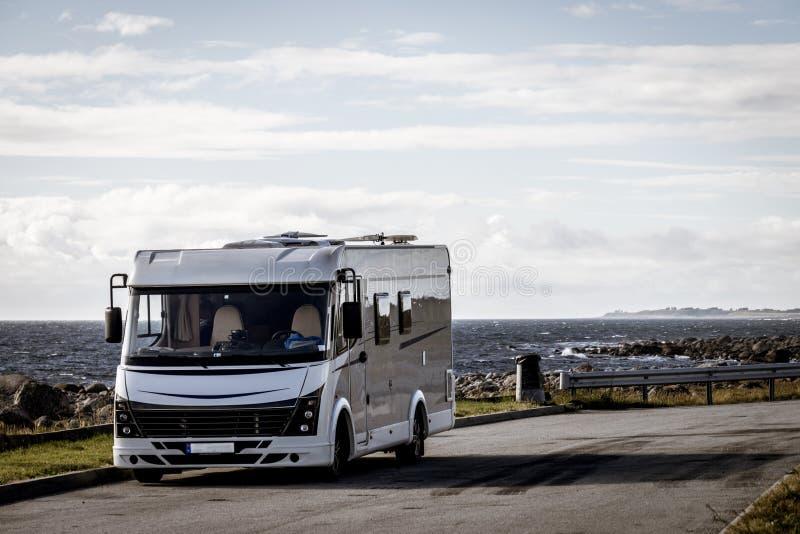 在挪威的海岸的露营车汽车有海景 免版税图库摄影