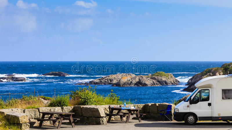 在挪威的海岸的露营车汽车有海景 库存图片