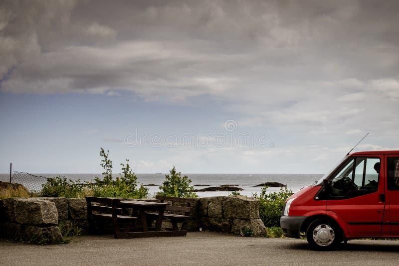 在挪威的海岸的露营车汽车有海景 库存照片