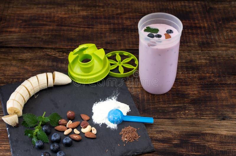 在振动器的准备的莓果奶油甜点 炫耀营养 库存图片