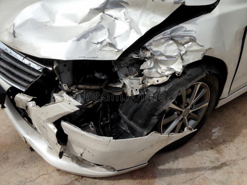 在损坏的街道上的车祸事故 图库摄影