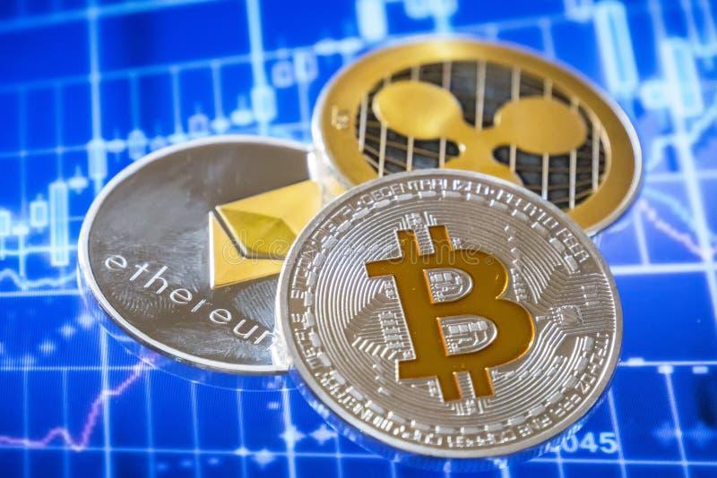 在换图表屏幕的Cryptocurrency硬币;Bitcoin,以太 免版税库存图片