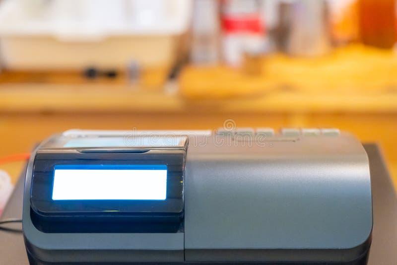 在接受的命令柜台安装的收款机从顾客 在电子收款机的销售人输入的数额  库存照片