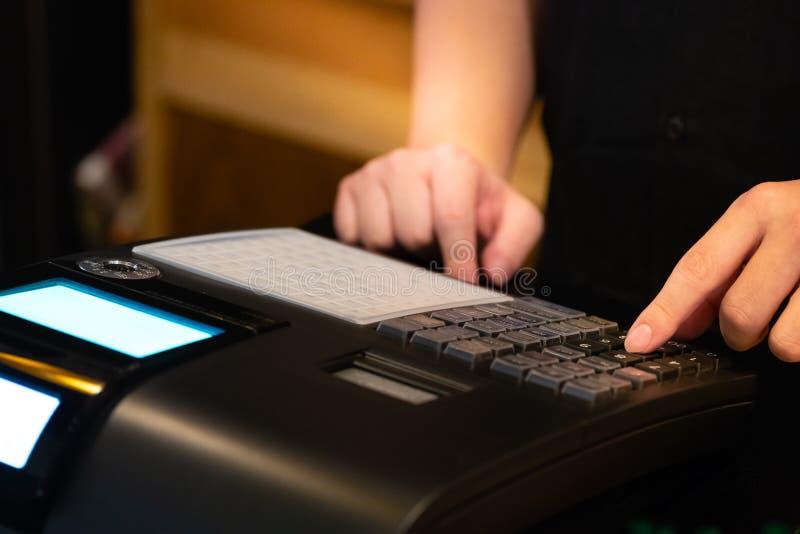 在接受的命令柜台安装的收款机从顾客 在电子收款机的销售人输入的数额  免版税库存图片