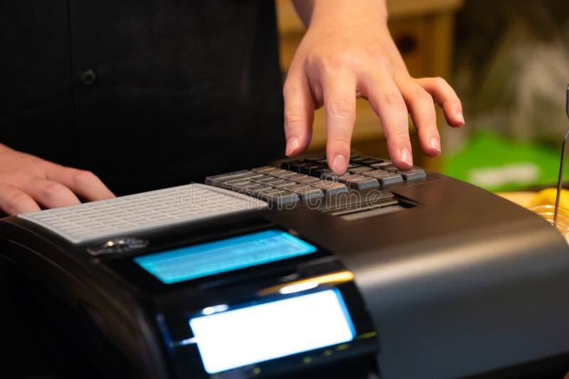 在接受的命令柜台安装的收款机从顾客 在电子收款机的销售人输入的数额  免版税库存照片