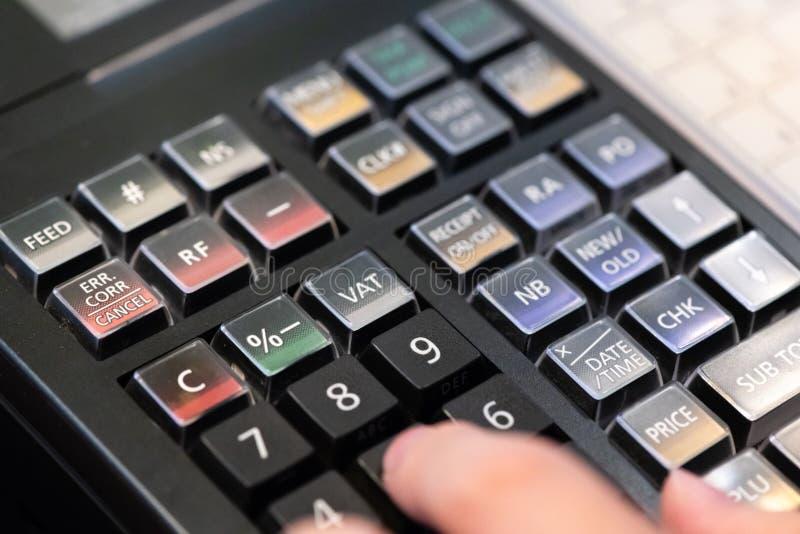 在接受的命令柜台安装的收款机从顾客 在电子收款机的销售人输入的数额  免版税图库摄影