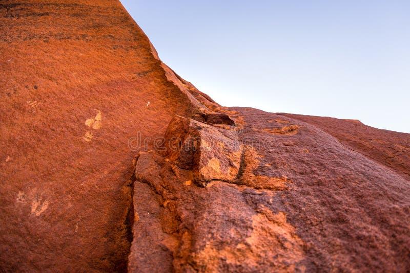 在推菲尔泉、旅游胜地和旅行目的地的著名史前岩石板刻在纳米比亚,非洲 免版税库存图片