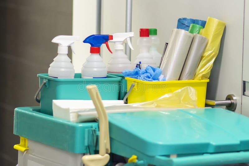 在推车的商业专业清洗的成套工具 免版税库存图片