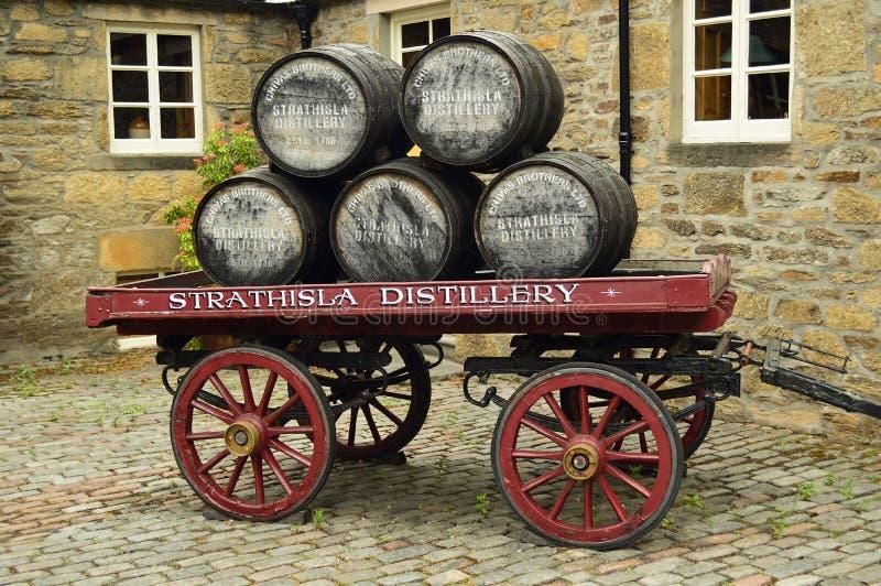 在推车的威士忌酒桶 免版税图库摄影