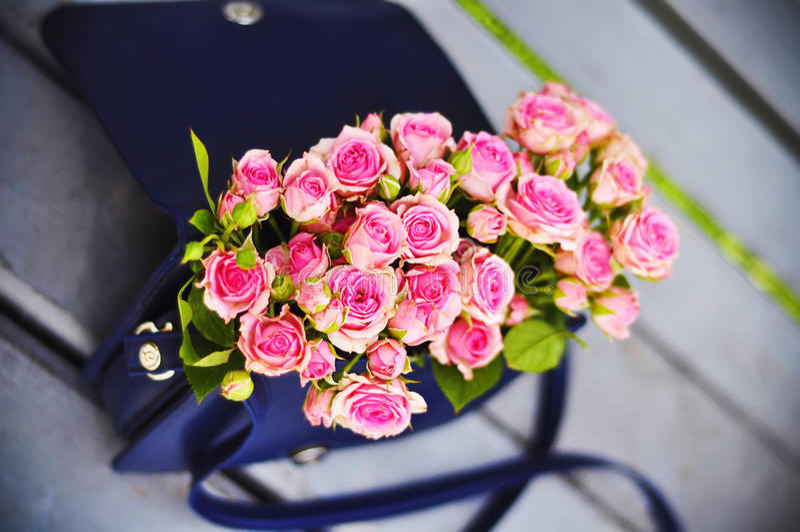 在提包的玫瑰 图库摄影