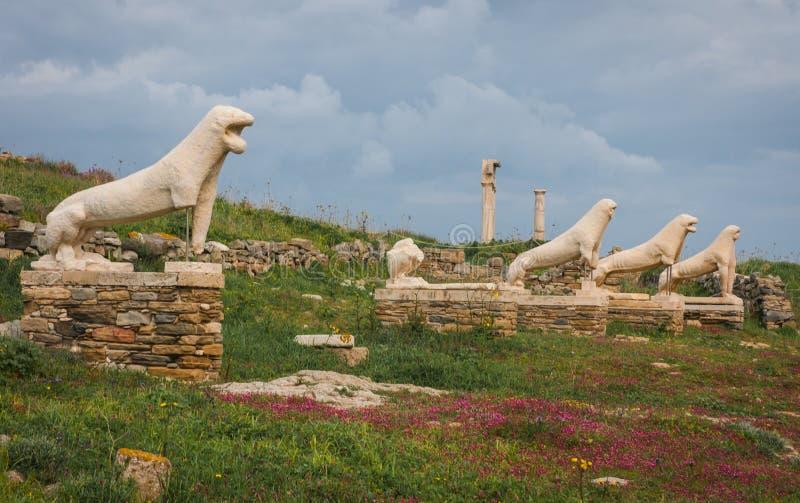 在提洛岛考古学海岛的狮子雕象  免版税库存图片