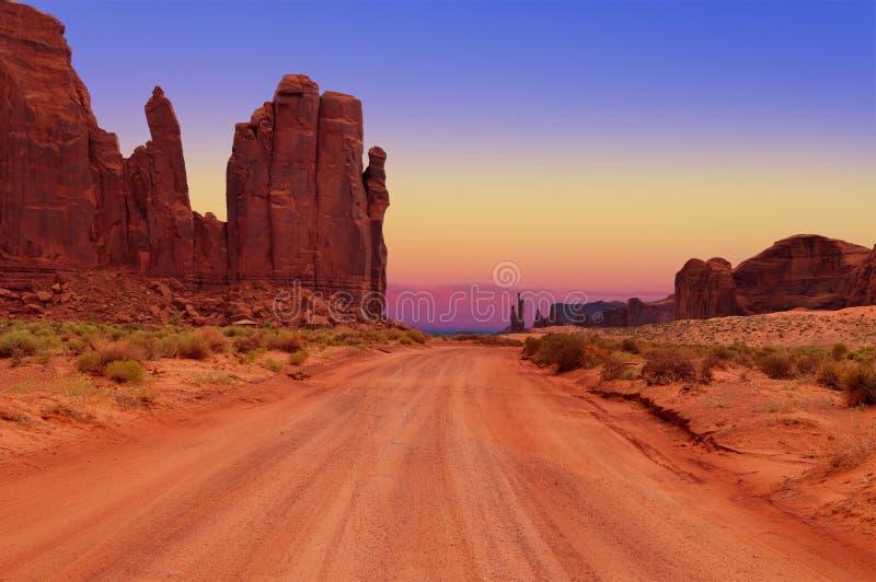在插孔的土路在纪念碑谷部族公园,亚利桑那,美国 免版税库存图片