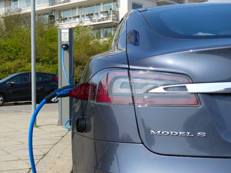 在插座负责驻地的特斯拉电车充电的电池在荷兰 库存图片