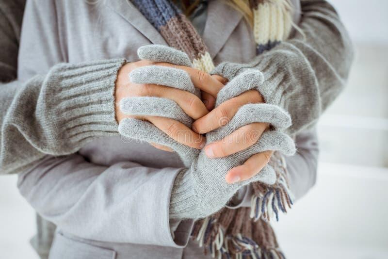 在握手的温暖的衣物的逗人喜爱的夫妇 库存图片