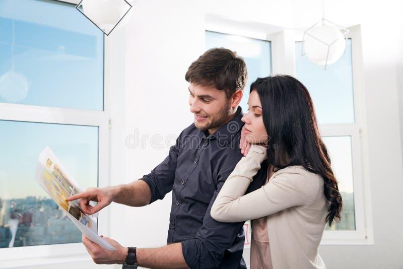 在搜寻房地产的夫妇购买 免版税库存图片