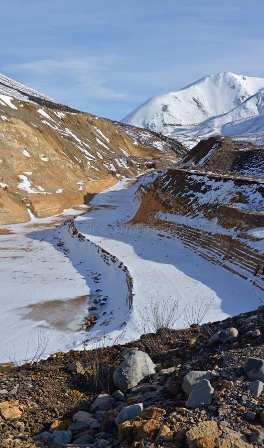 在搬运工的石灰石猎物通过,防御小山,新西兰冬天 库存照片