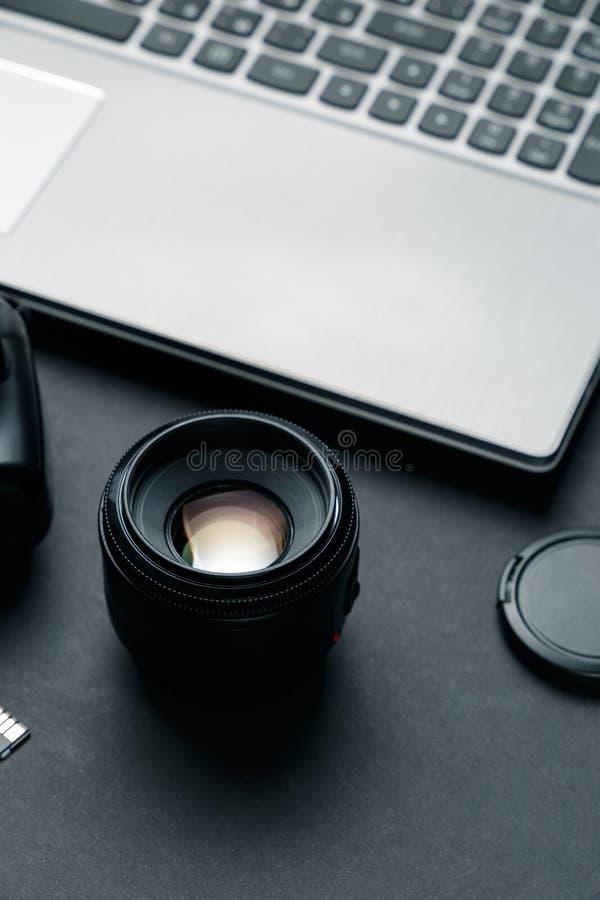 在摄影师黑桌上的工作区  库存图片