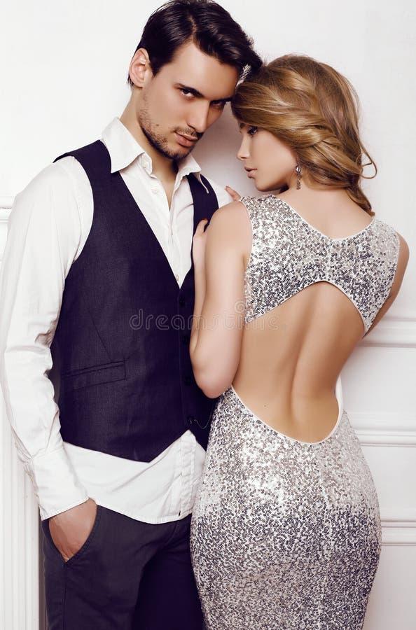 在摆在演播室的典雅的衣裳的美好的肉欲的夫妇 库存图片