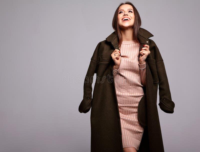 在摆在演播室的时髦的衣裳的深色的妇女模型 免版税库存照片