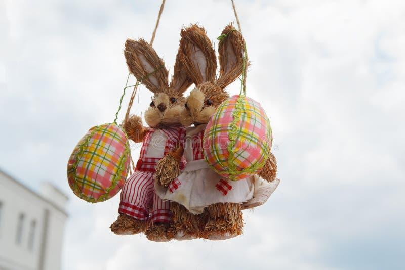 在摇摆的两复活节兔子用鸡蛋 库存图片