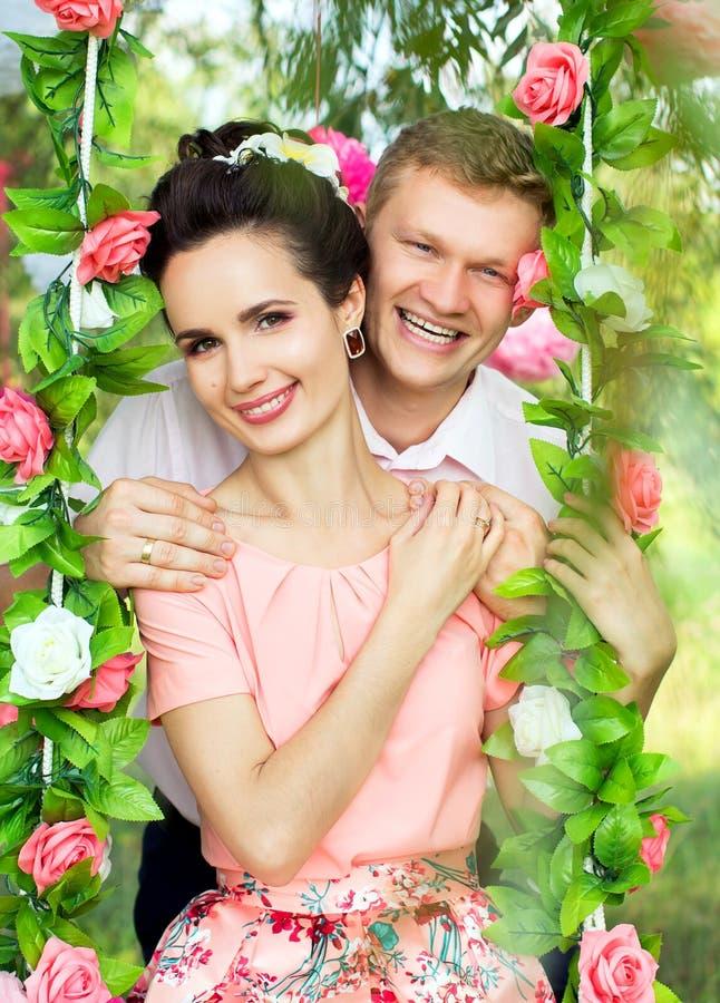 在摇摆的美好的年轻夫妇在自然 图库摄影