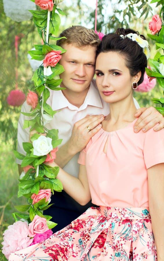 在摇摆的美好的年轻夫妇 库存图片
