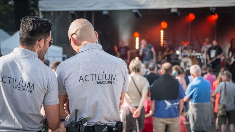 在摇滚乐音乐会期间的警卫 免版税库存照片