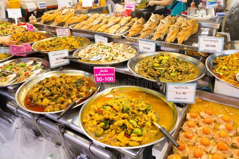 在摊位在或突岩Kor市场,Chatuchak,曼谷,泰国的泰国食物 库存照片