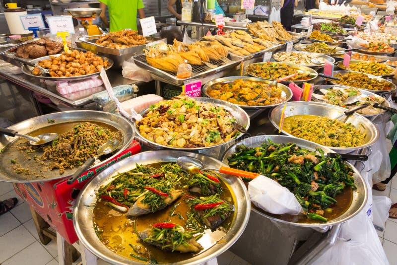 在摊位在或突岩Kor市场,Chatuchak,曼谷,泰国的泰国食物 免版税库存照片