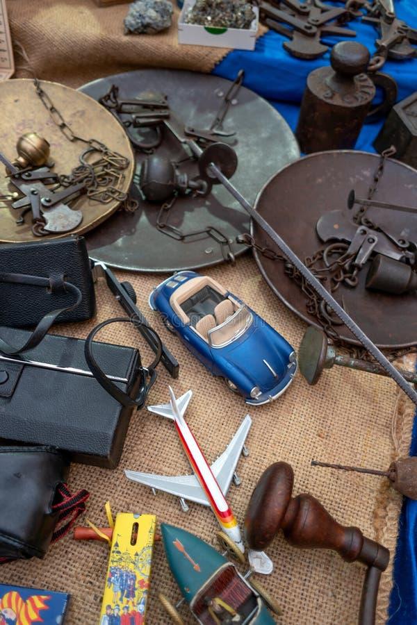 在摊位的破烂物项目 免版税库存图片