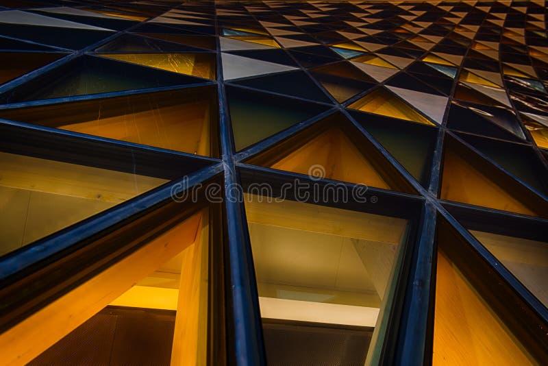 在摘要的办公室玻璃大厦在晚上 免版税图库摄影