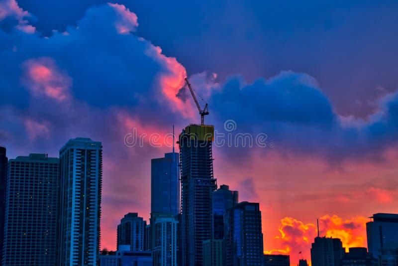 在摩天大楼的日落,包括一个在新建工程下,在街市芝加哥 免版税库存图片